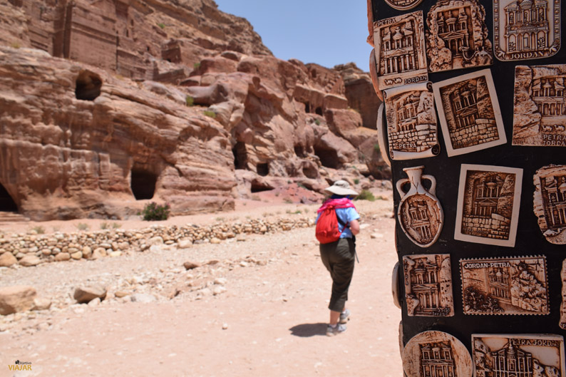 Souvenirs y turistas en Petra. Jordania