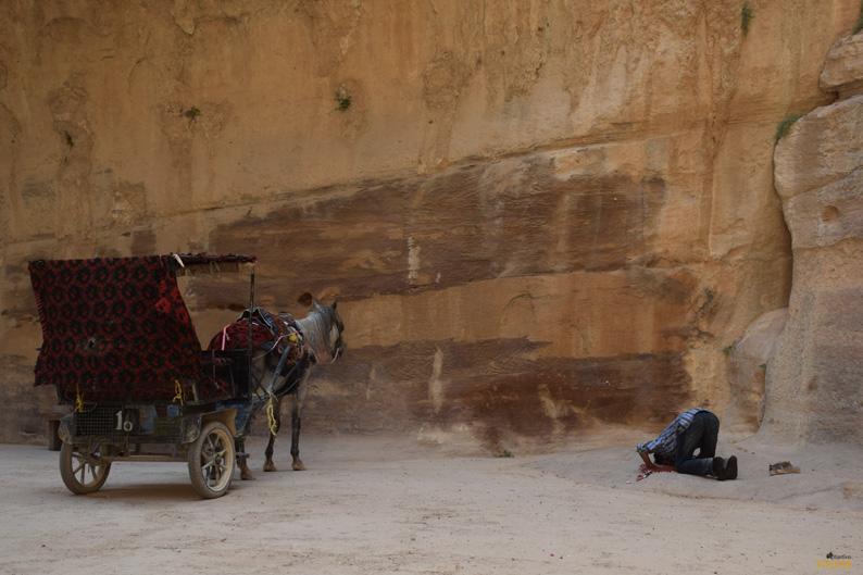 Toca rezar en Petra. Jordania