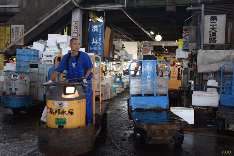 El volumen de tráfico que se genera en el mercado Tsukiji es impresionante