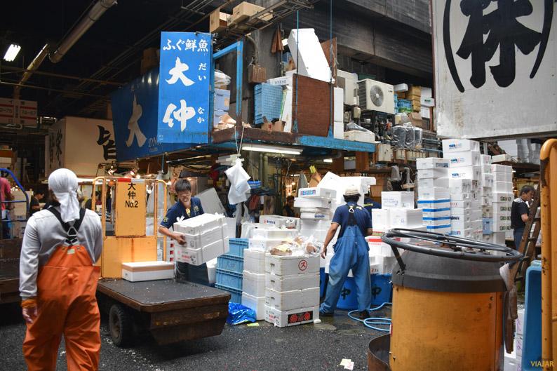 La actividad en el mercado Tsukiji es frenética