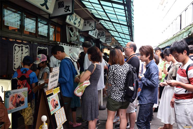 Largas colas para disfrutar del mejor sushi de Tokio. Mercado Tsukiji