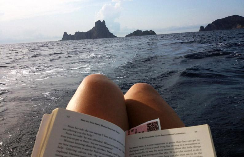 Leyendo con vistas a la Isla de Es Vedrá