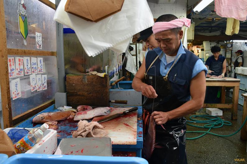 Preparando el pescado. Mercado Tsukiji