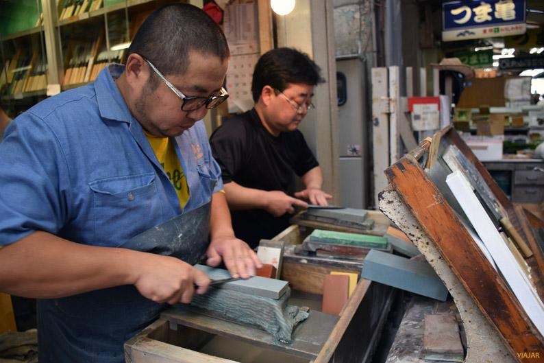 Puesto de cuchillos en el mercado exterior de Tsukiji
