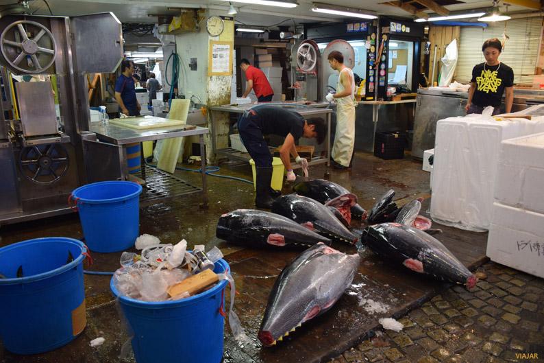Trabajos de despiece en el mercado Tsukiji
