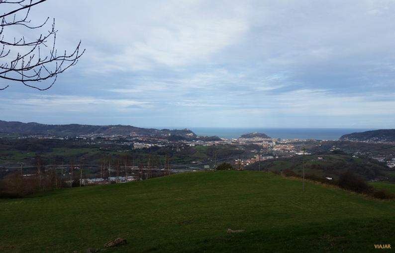 Vistas de San Sebastián desde la ermita de Santiagomendi. Territorio de la Sidra