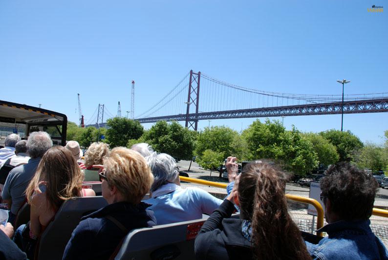 El Puente 25 de Abril desde el autobús turístico. Lisboa