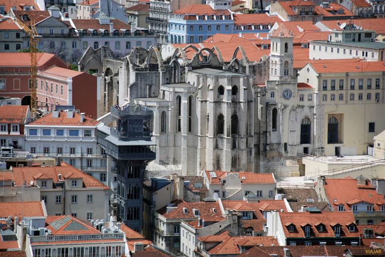 Elevador de Santa Justa y Convento do Carmo desde el Castillo de San Jorge. Lisboa