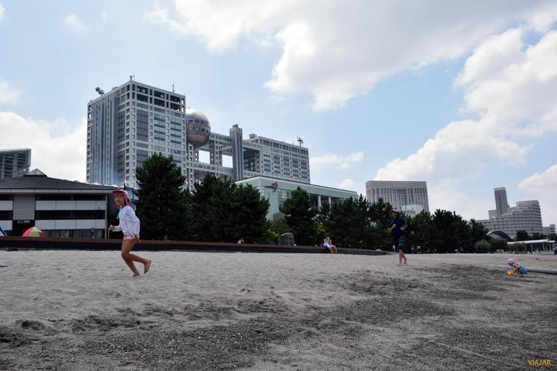 Niños jugando en la playa de Odaiba