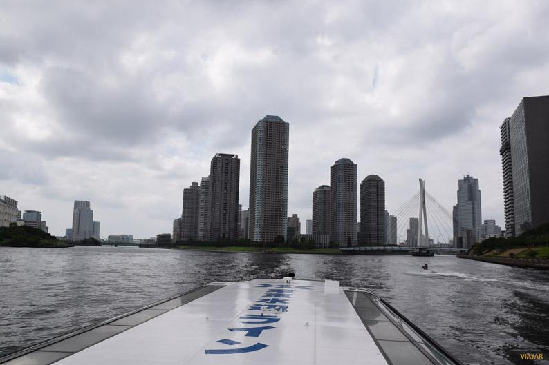 Vista de los impresionantes rascacielos de Tokio desde el río Sumida