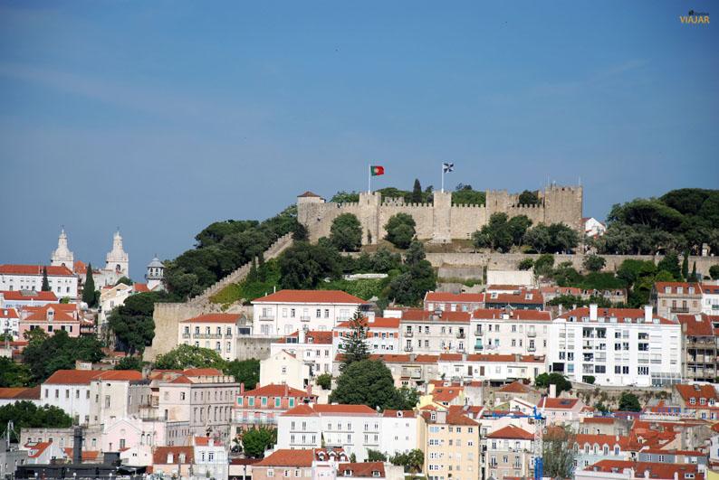 Vista del Castillo de San Jorge desde el mirador de San Pedro de Alcántara. Lisboa