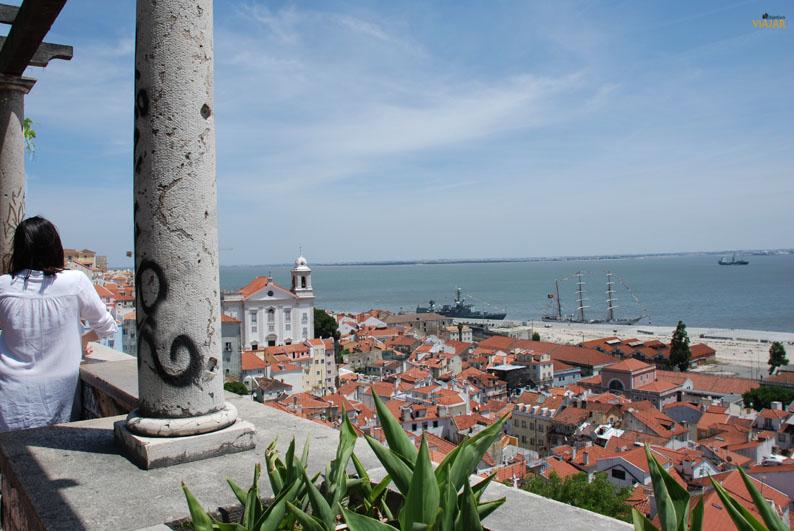 Vistas de Alfama desde el mirador de Santa Luzia. Lisboa