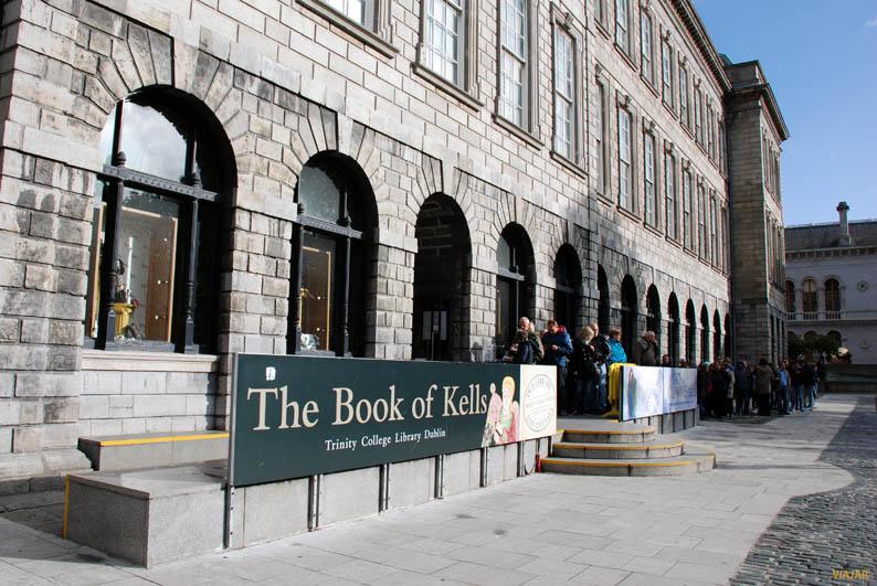 Exterior de la antigua biblioteca del Trinity College. Dublin