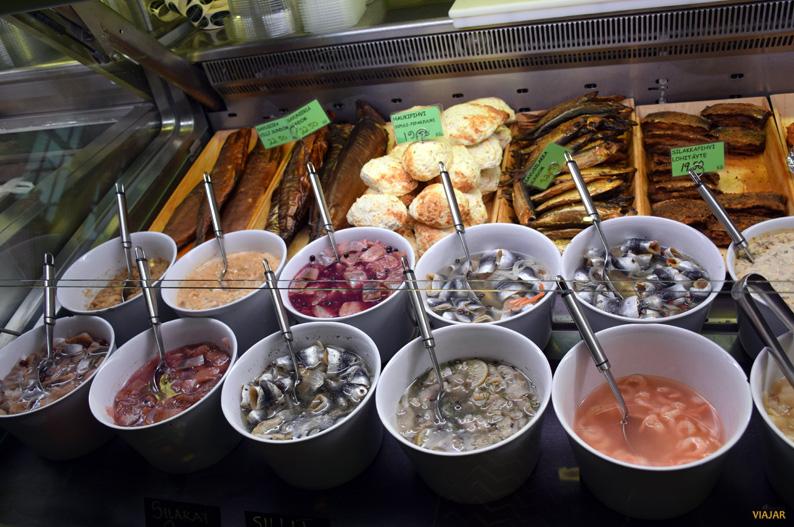 Puesto de pescado en el Turku Market Hall. Turku