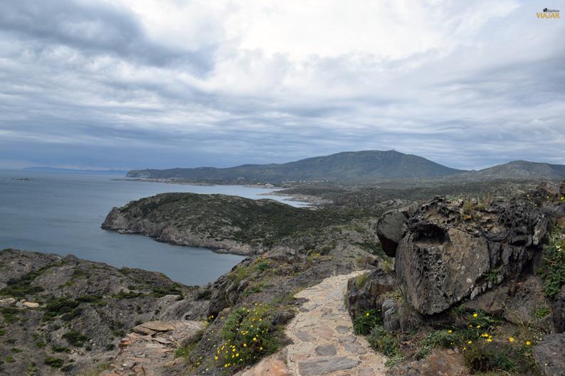 Parque Natural de Cap de Creus con la bahía de Cadaqués al fondo