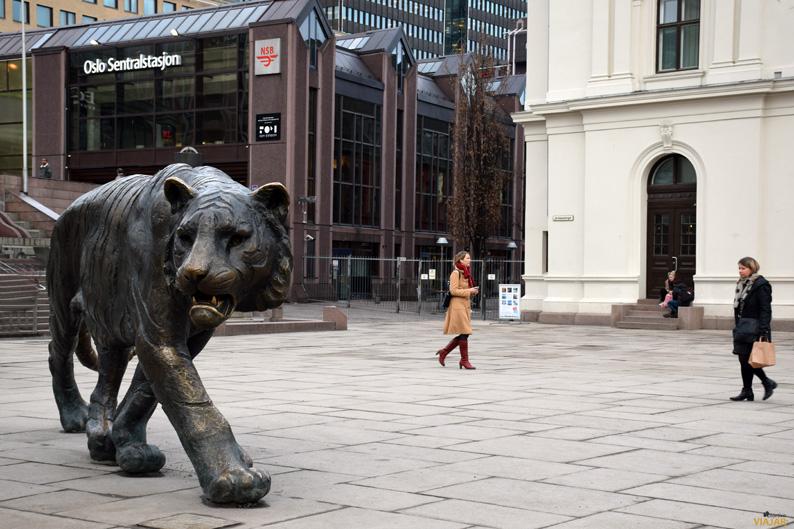 Tigre de bronce frente a la estación central de Oslo
