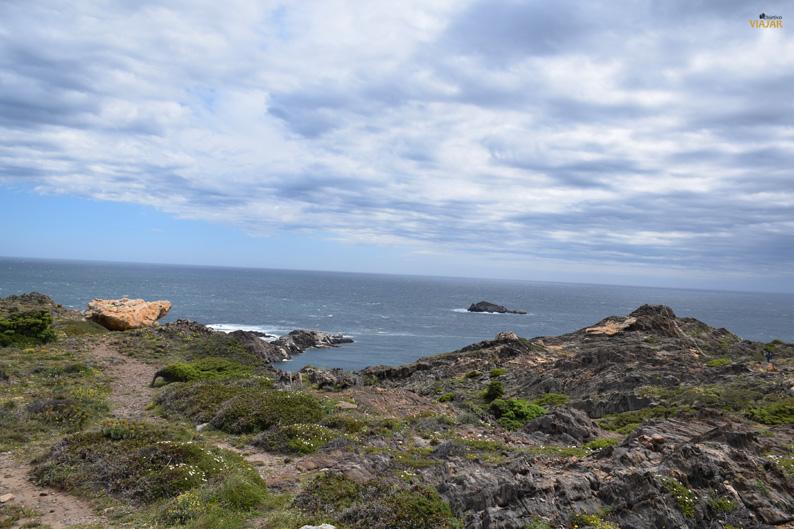 Vista de la isla de s'Encalladora desde la Punta del Cap de Creus