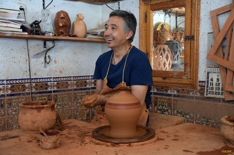 Jesús Parra en su taller de Priego. Provincia de Cuenca