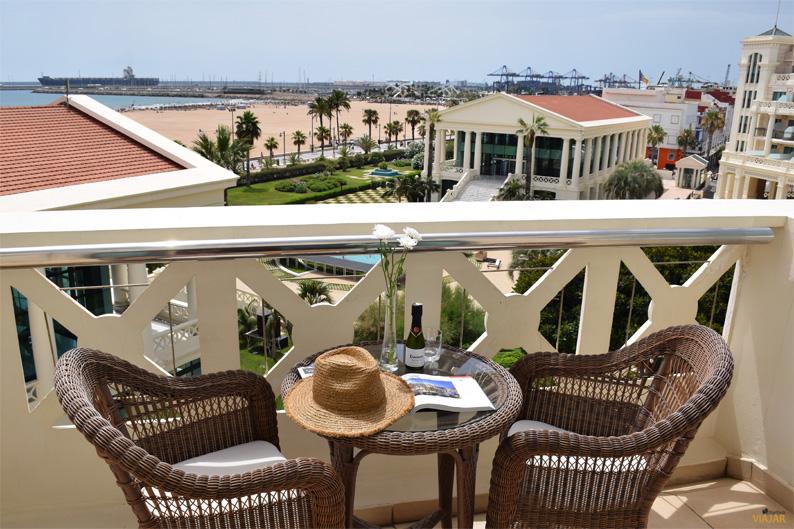 Terraza con vistas al mar de mi habitación deluxe en el Hotel Las Arenas Balneario Resort