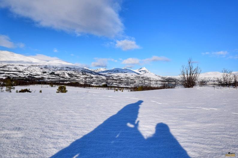 La sombra de mi trineo reflejada en la nieve. Laponia noruega