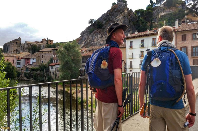 Peregrinos en el puente del Azucarero. Estella-Lizarra. Navarra