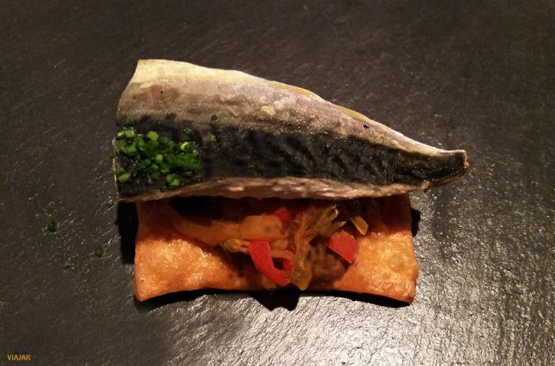 Caballa con pimientos con base de empanada. Restaurante Marina Davila. Vigo