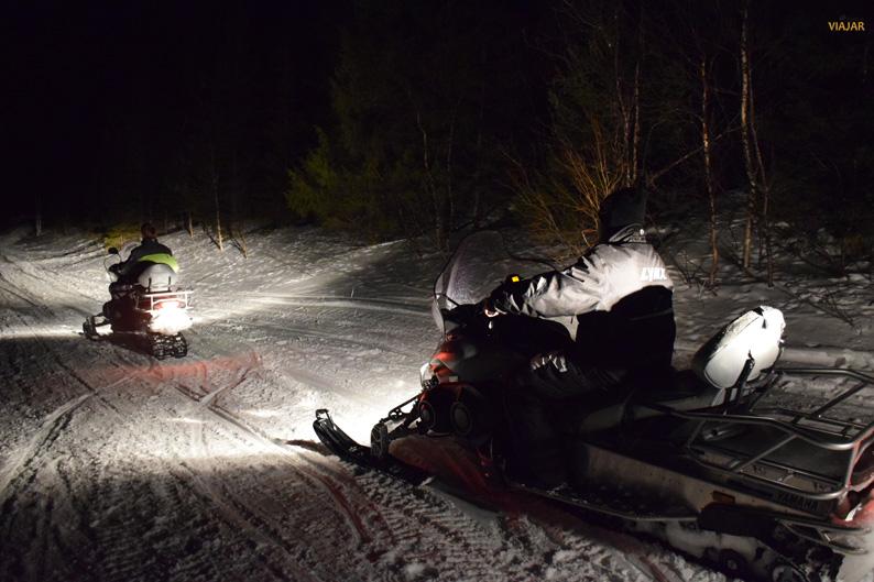 Motos de nieve en la región de Tromsø. Laponia noruega