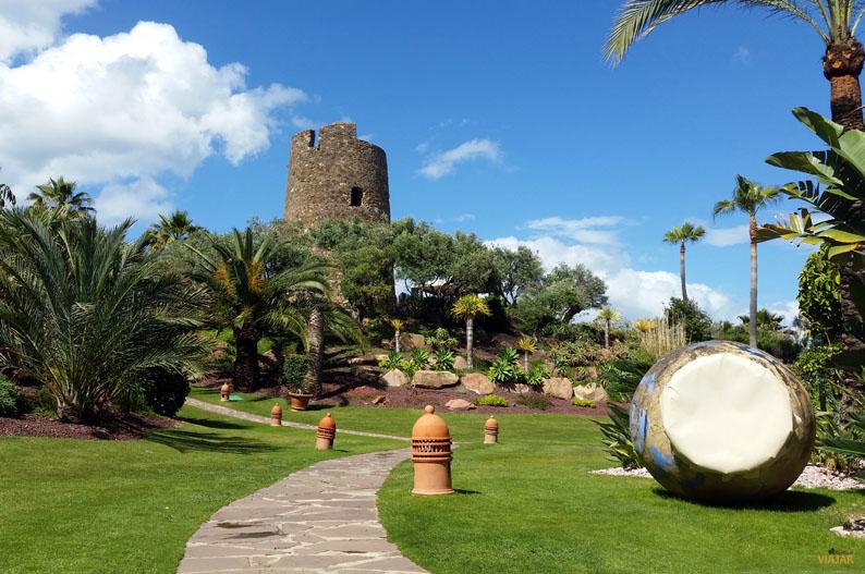 Jardines y torre almenara. Kempinski Hotel Bahia