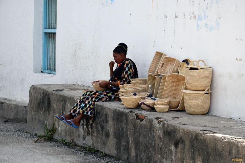 Vendedora de cestos. Stone Town. Zanzibar