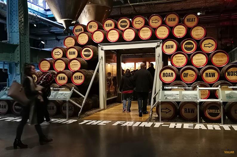 El arte de los toneleros en la Guinness Storehouse de Dublin