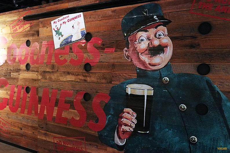Coloridas obras de Gilroy. Guinness Storehouse de Dublin