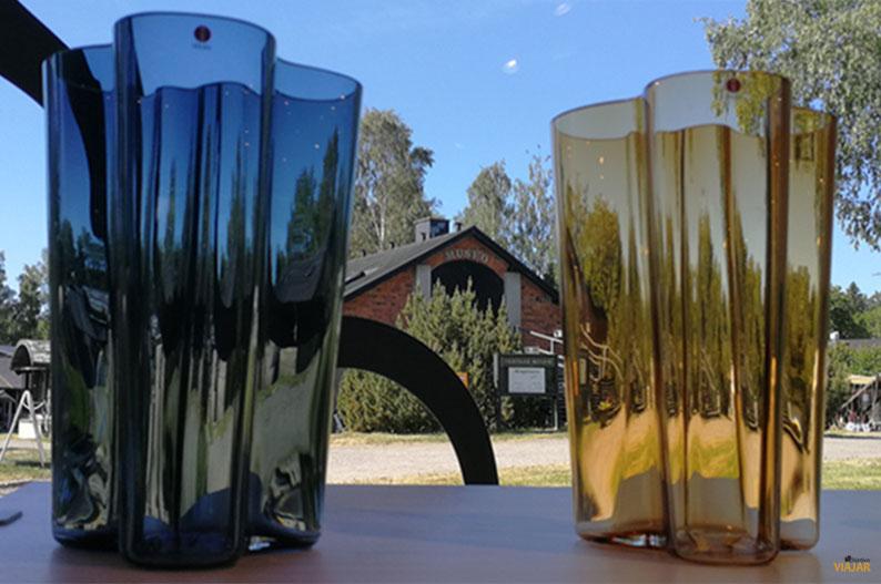Jarras de Alvar Aalto con la fabrica de vidrio de Iittala al fondo. Region de los Mil Lagos