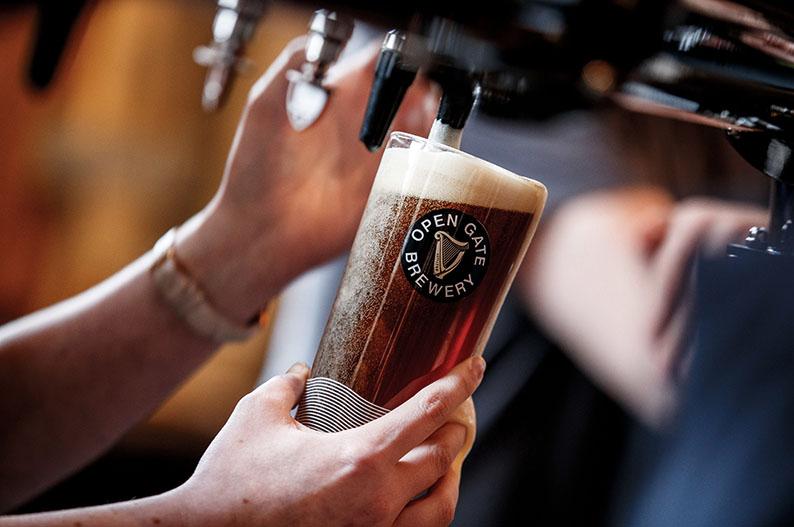 Asi se tira una buena pinta en la Guinness Open Gate Brewery de Dublin © OGB