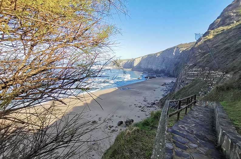 Playa de Peñarrubia. Senda del Cervigon