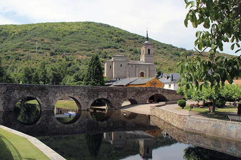 Puente de los Peregrinos e iglesia de San Nicolas de Bari. Molinaseca